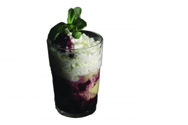 Zmrzlinový pohár s horúcim ovocím a šľahačkou – 80g – 3,30 €